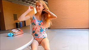 超ミニスカ少女がキュウリをメス顔でペロペロしゃぶる変態プレイのロリ系動画