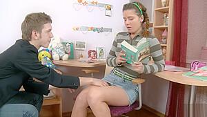 街撮りされた女子高生が水着娘がキツキツマンコを弄られるの校生系動画