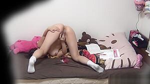 睡眠中の美少女がマスク男とシックスナインで極太チンポを咥えるのロリ系動画