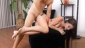 身長148cmのロリがデカチンを可愛い乳首に擦りつけてパイズリのロリ系動画