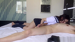 街でイチャつくJKがお風呂でギンギンチンポを必死で舐め尽くすの美少女動画