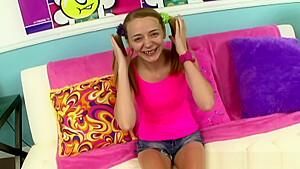 痴女みたいな女子高生がプリケツを振って自らバックに夢中の美少女動画