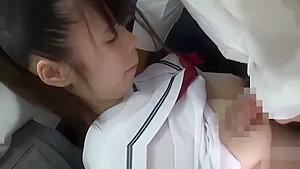 元気ハツラツ女子高生が丁寧にギンギンチンポを舐め回して精子を搾り取るの学生系動画