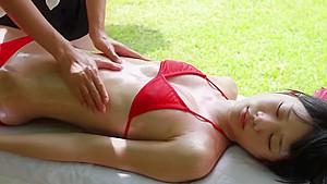 超ミニスカ少女が混浴風呂で生チンポを必死にしゃぶってご奉仕の美少女動画