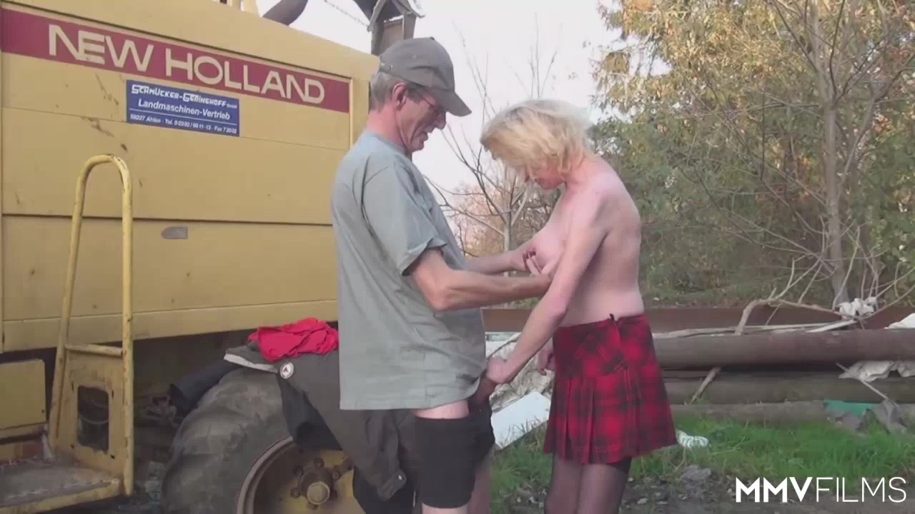 Hot xXx Video Dating shows early 2000s clothing