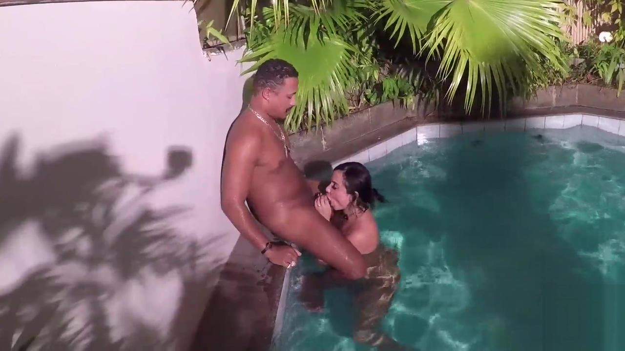 Nego Catra nã o para depois da cena cai na piscina e fode o cú da Bianca Naldy dentro da agua Soft touch blowjob milf
