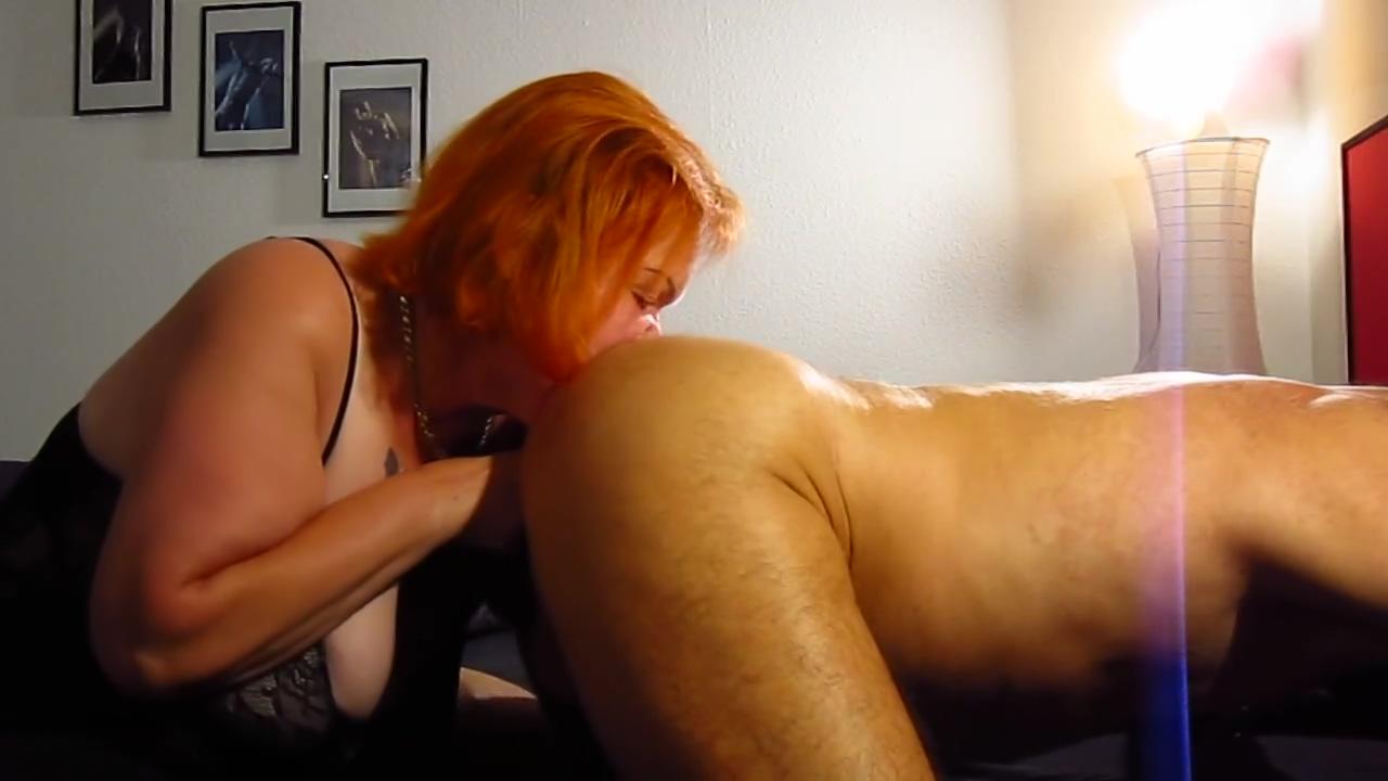 Sau Tina leckt Arsch und von gepiercgte Schwanz ins Maul gespritzt