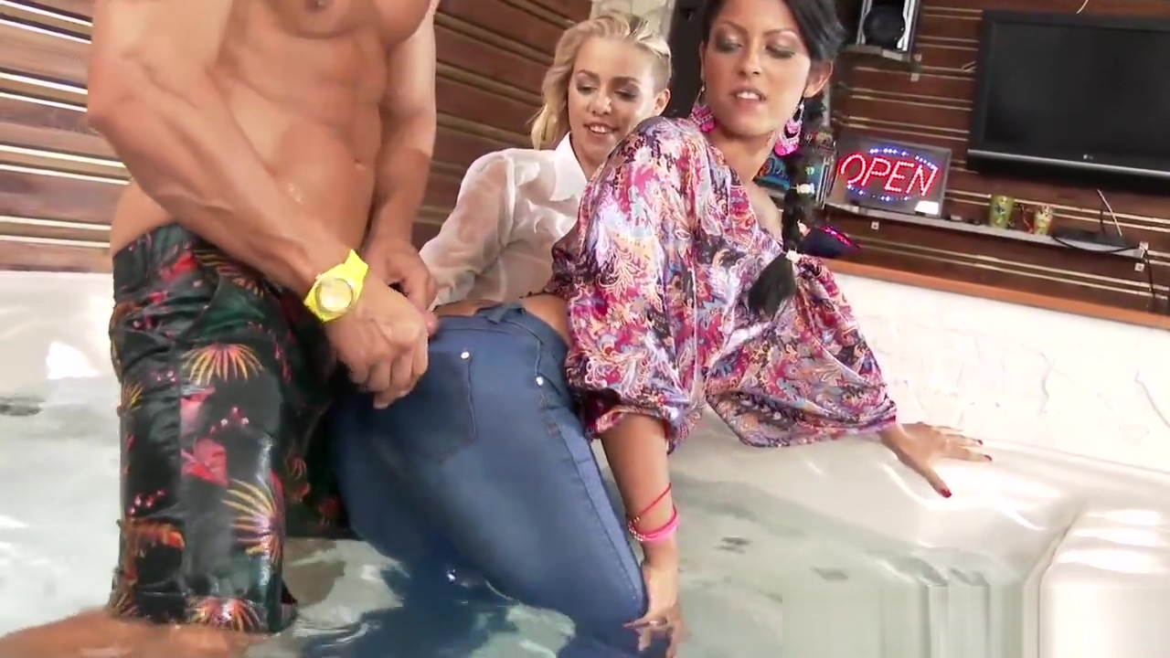 Threeway ladies fucked and jizzed in jacuzzie Beach babe bangin'