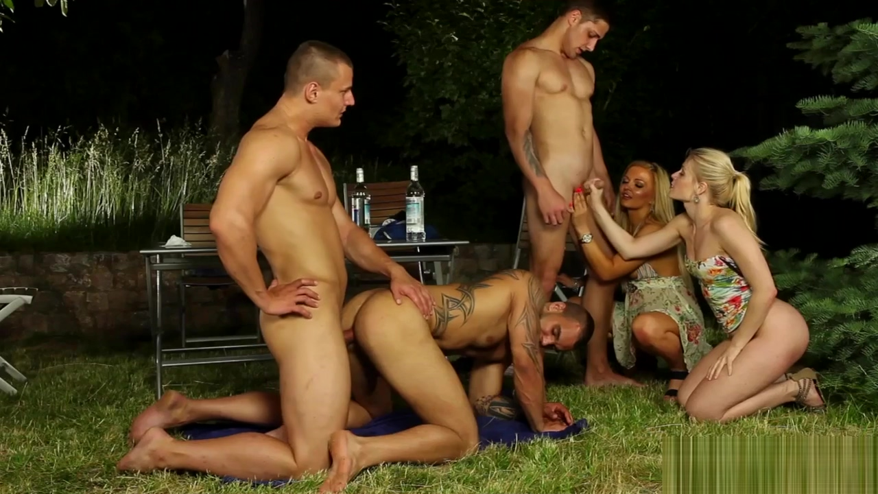 Babes eat pussy at orgy