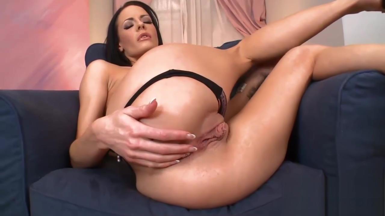 Skinny bint masturbates with a giant dildo