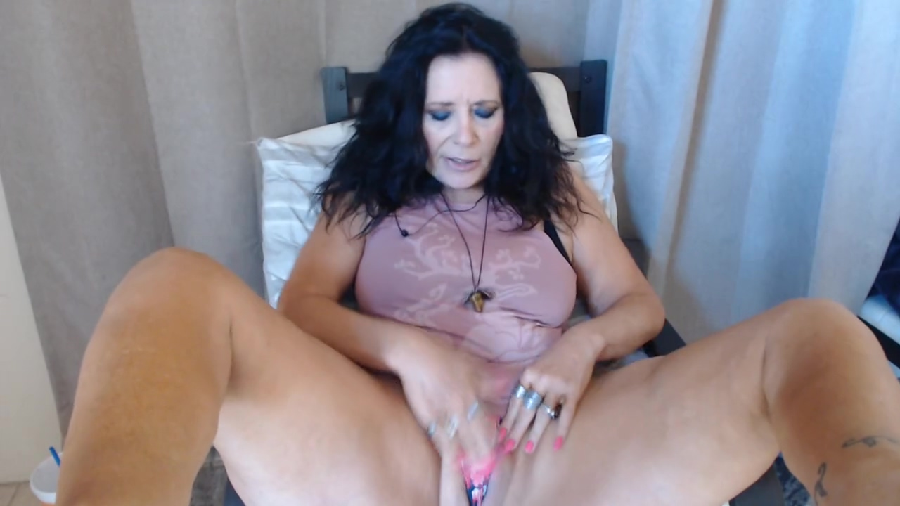 SEXY MATURE has live phonesex with foot play & bong rips pills to reduce sex drive