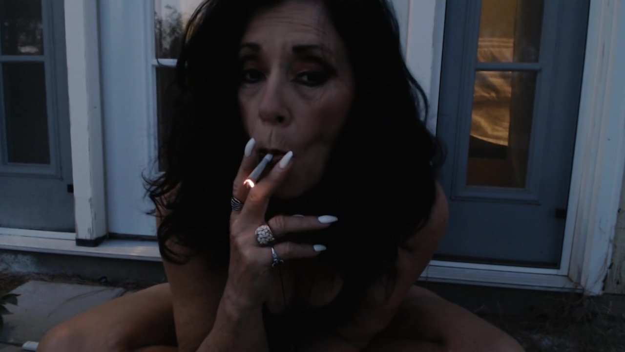 MATURE MOM lets off stinky farts and smokes outside Home Made Glory Hole Videos