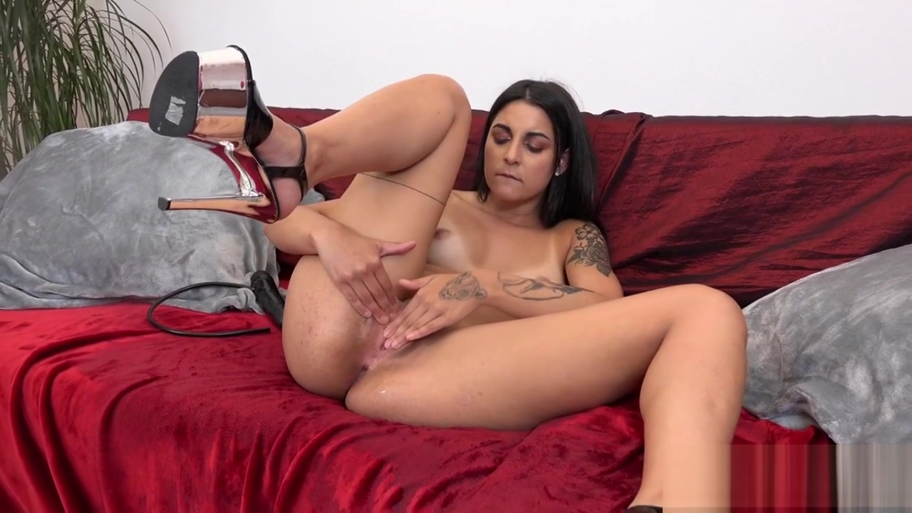 Bitch with Nice Curves in Lusty Peeing Video carry underwood fake naked pics