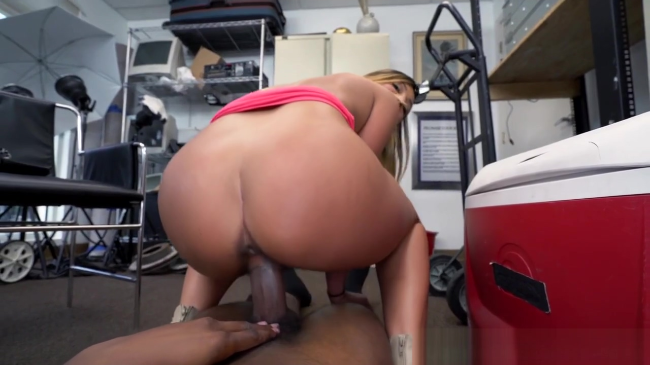 Pierced casting babe pounded by black agent Sex for money in Berlin