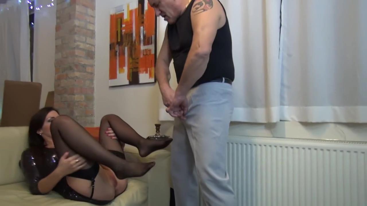 Foot fetish sur cette jeune par un vieux pervers Huge mature