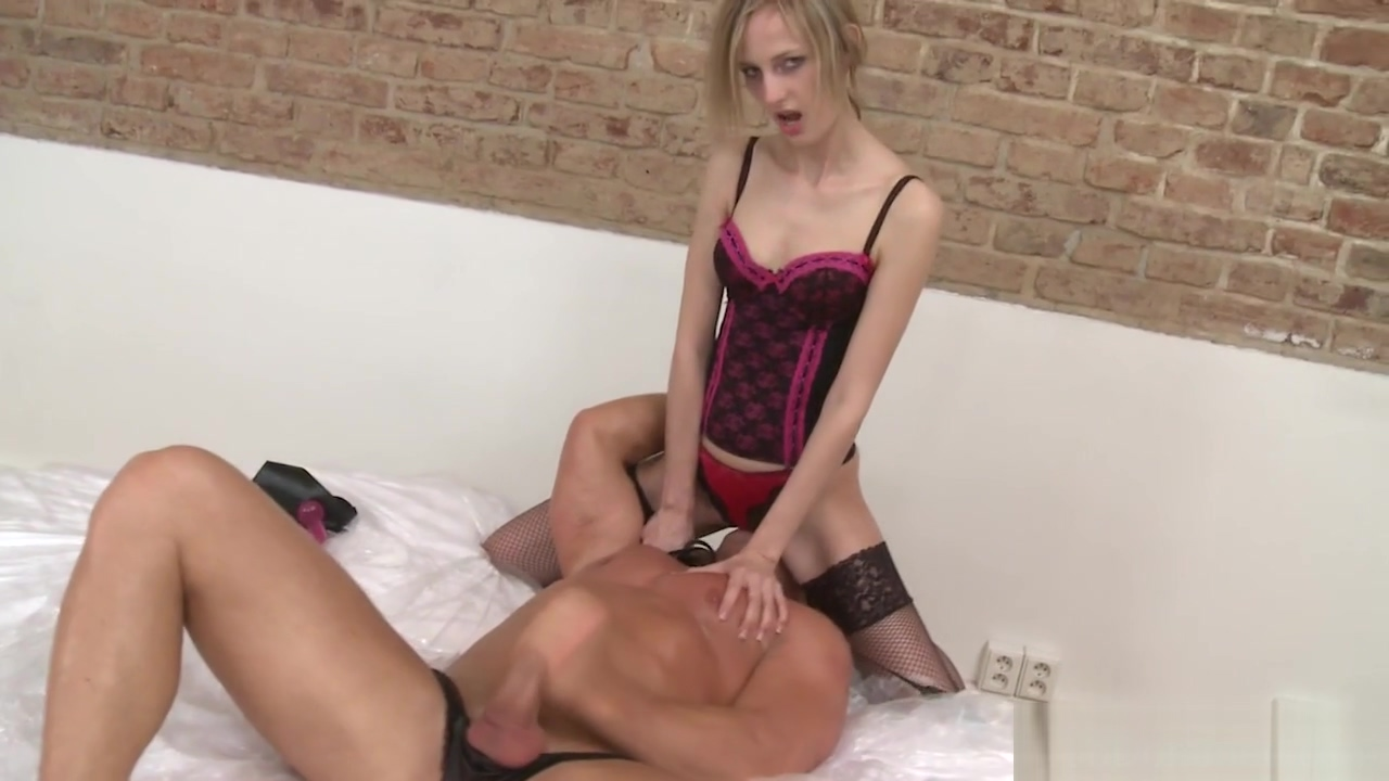 Facesitting euro fingered by submissive slave