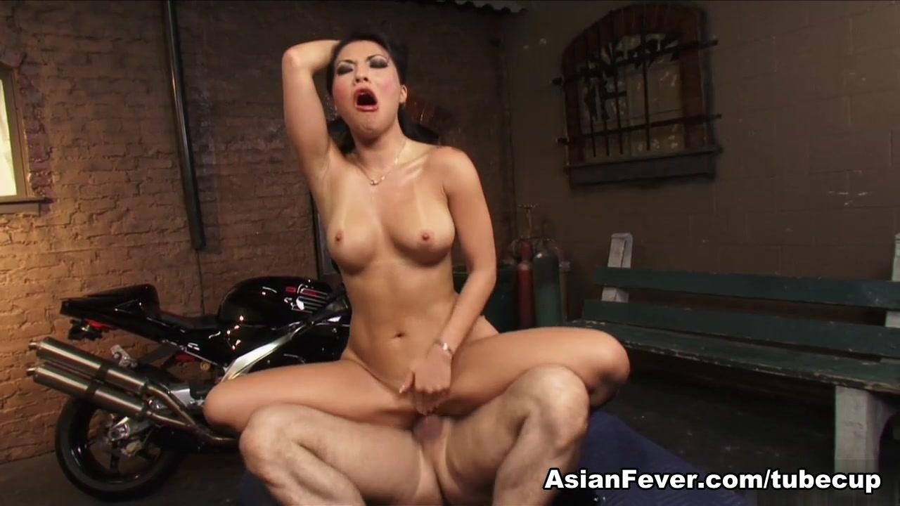 Naked FuckBook GF buttpluging while sucking cock