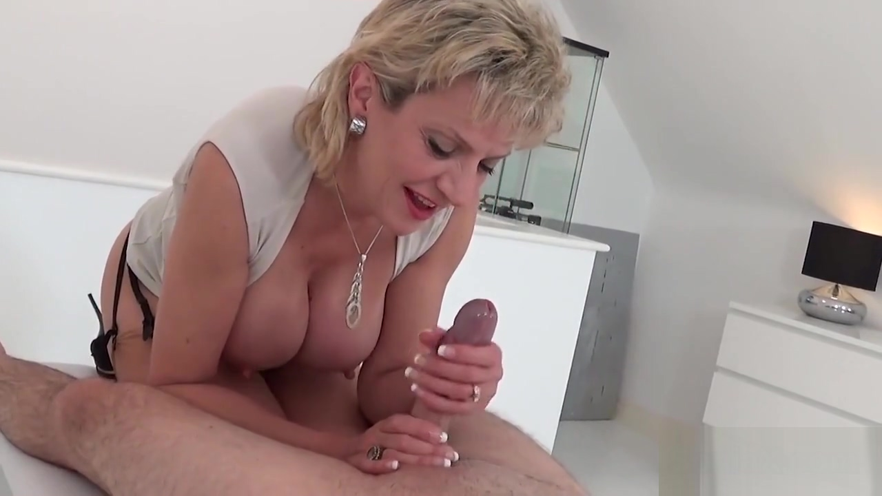 Unfaithful uk milf lady sonia displays her big tits