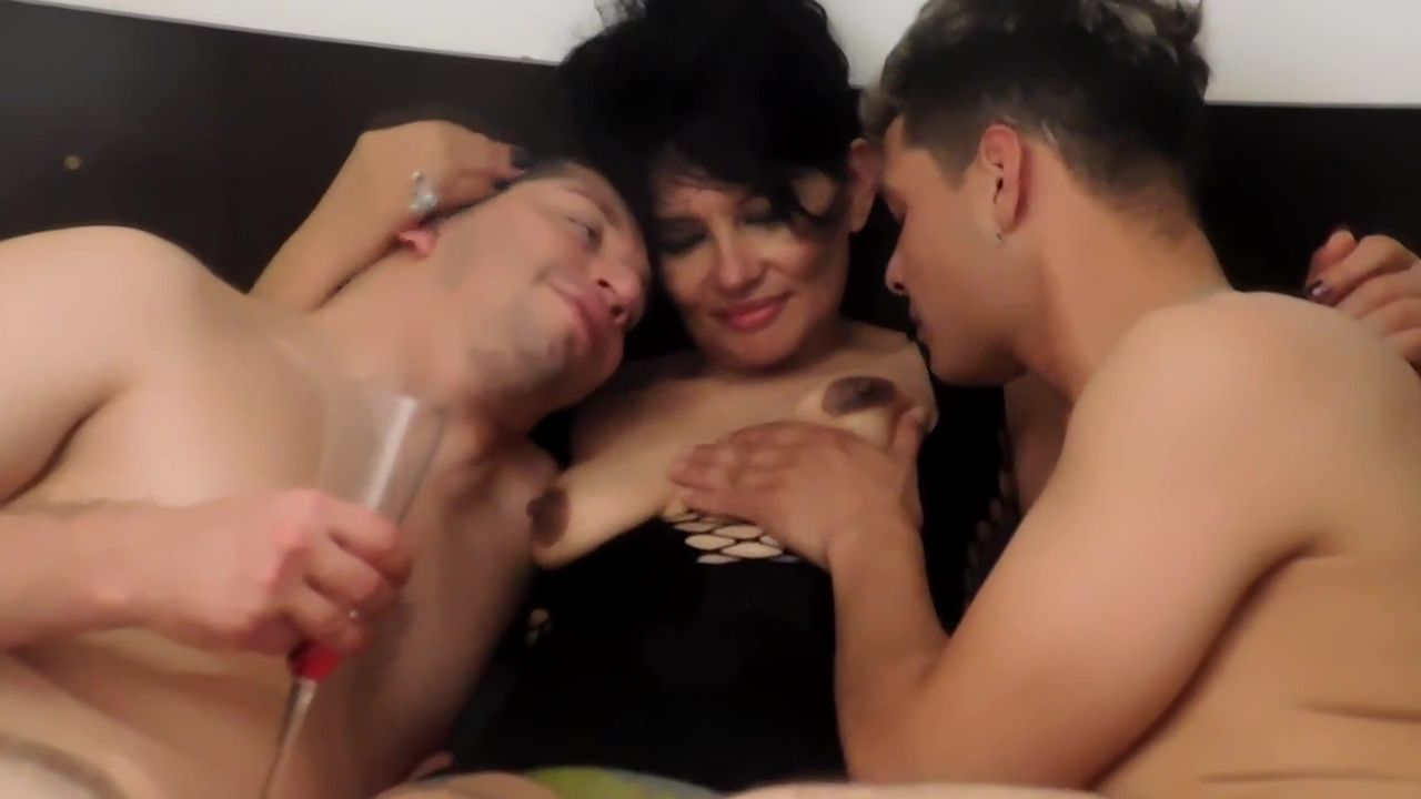 fiesta, champagne ,anal sin limites con Perla Lopez black xxx amateur videos