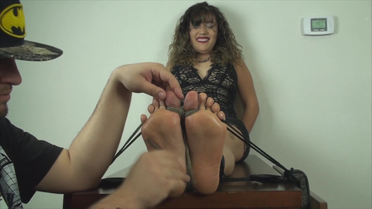 TheTickleRoom - Lauras Audition Wide Wrinkly Soles (Upperbody included) Boob lady old