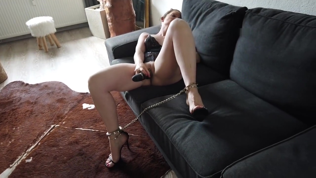 Masturbation - Sabrina in Footcuffs mit Heels
