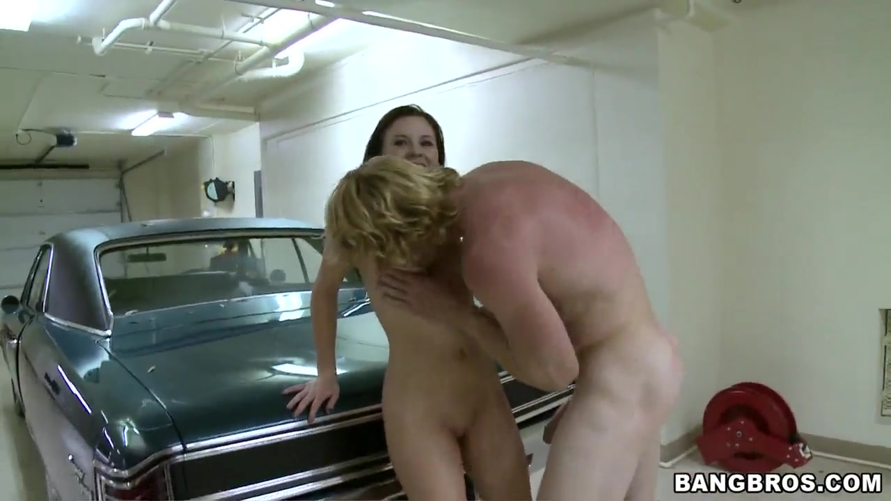 Kelle Marie in sexy lesbo act Porn Pics & Movies