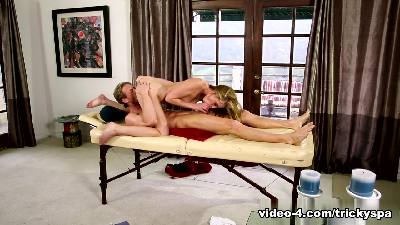 Sexy Galleries Two lesbian babes have fun