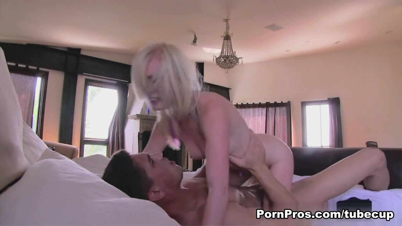 Hot Nude Video of fucking a girl fist herself