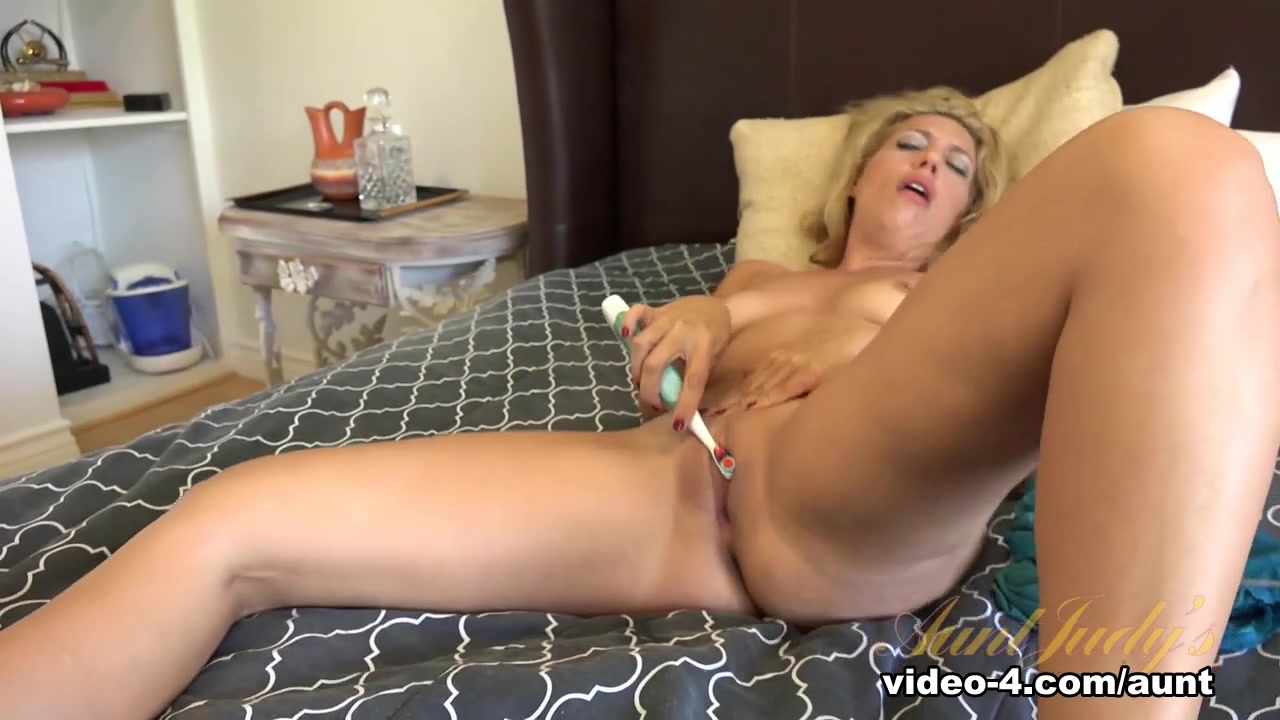Hot Nude Toyed shaved pussy