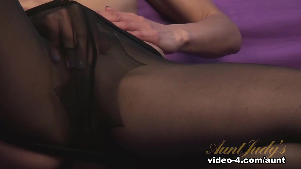 Ashley helps her stepsis to reach orgasm XXX pics