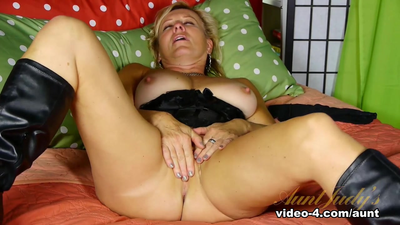 Nude gallery The hook up store