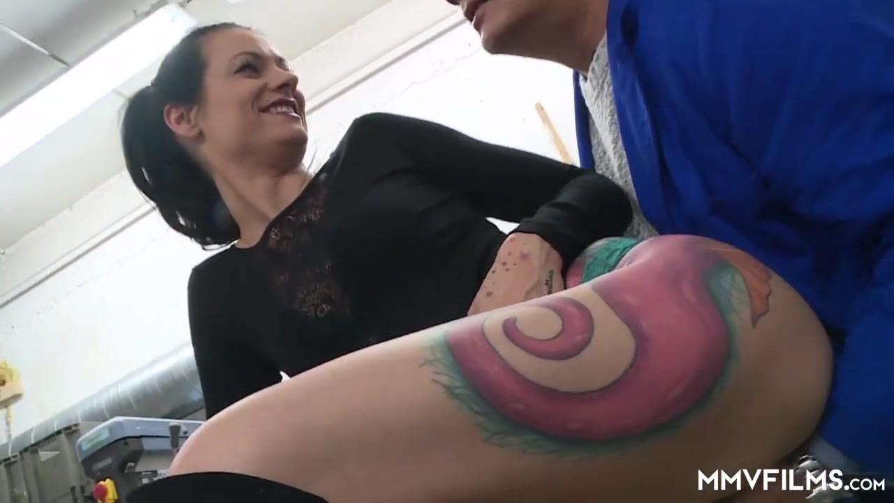 Porn galleries Quick catch of big booty milf employee