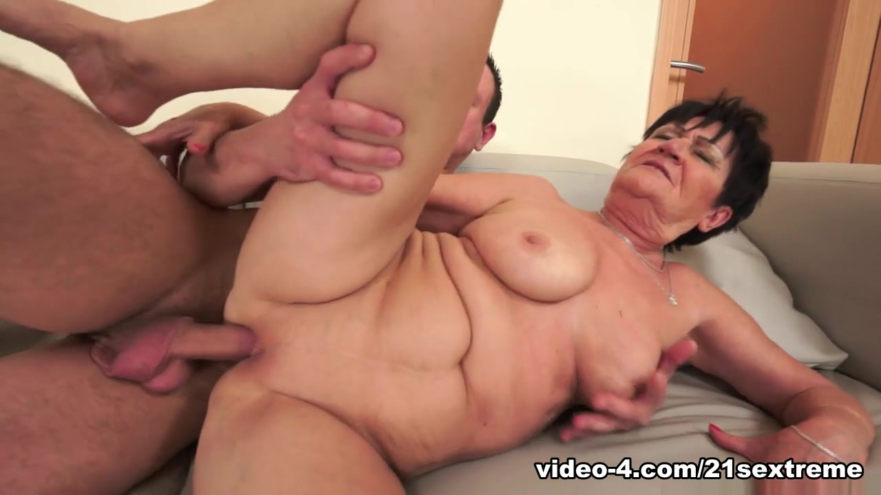 ebony milf seduces girl Nude pics