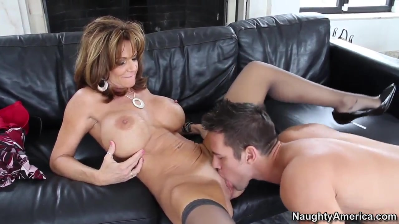 Lucky Johnny Castle found his ftiends mom Deauxma alone and really horny