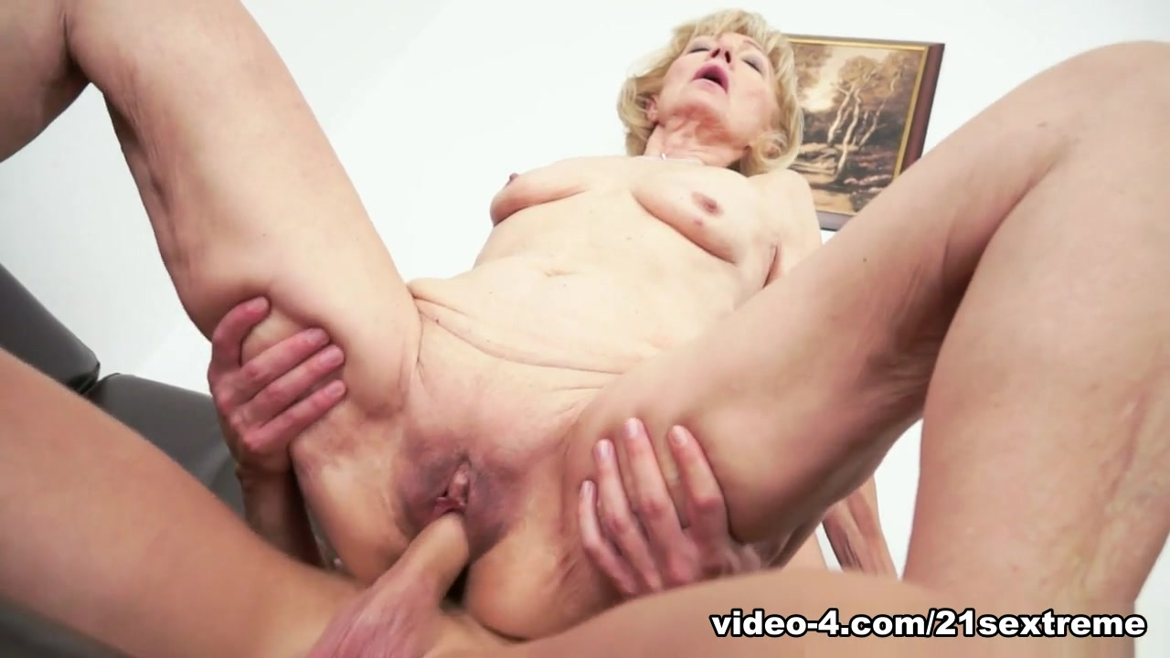 Foodplay fisting and fucking fatty mature Porn tube
