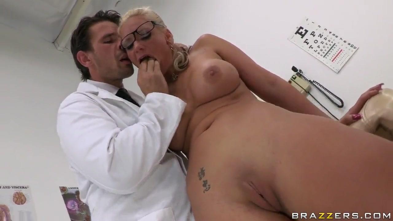 Lesbiyen fucks licking pornstar