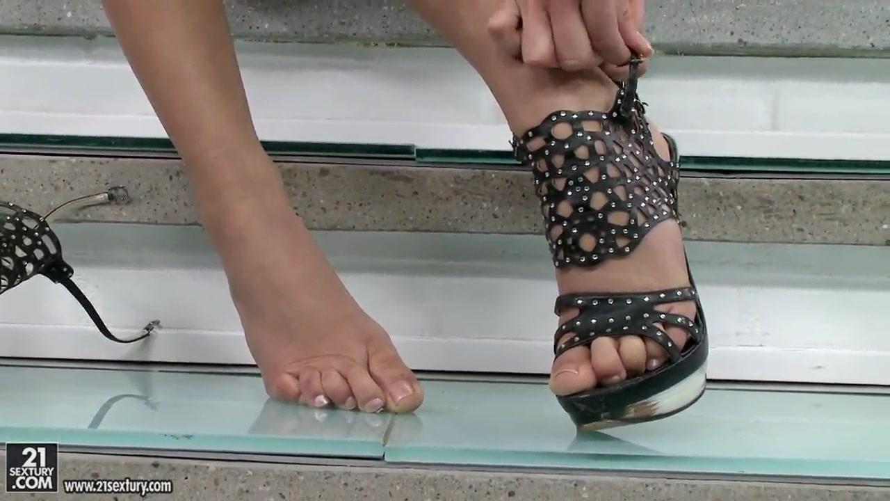New porn Photo girl cross legged in bikini