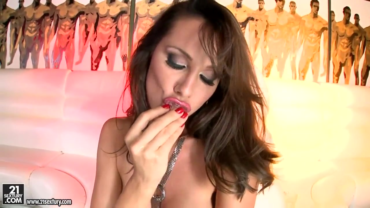 Glamour chick shows body and fingers pussy