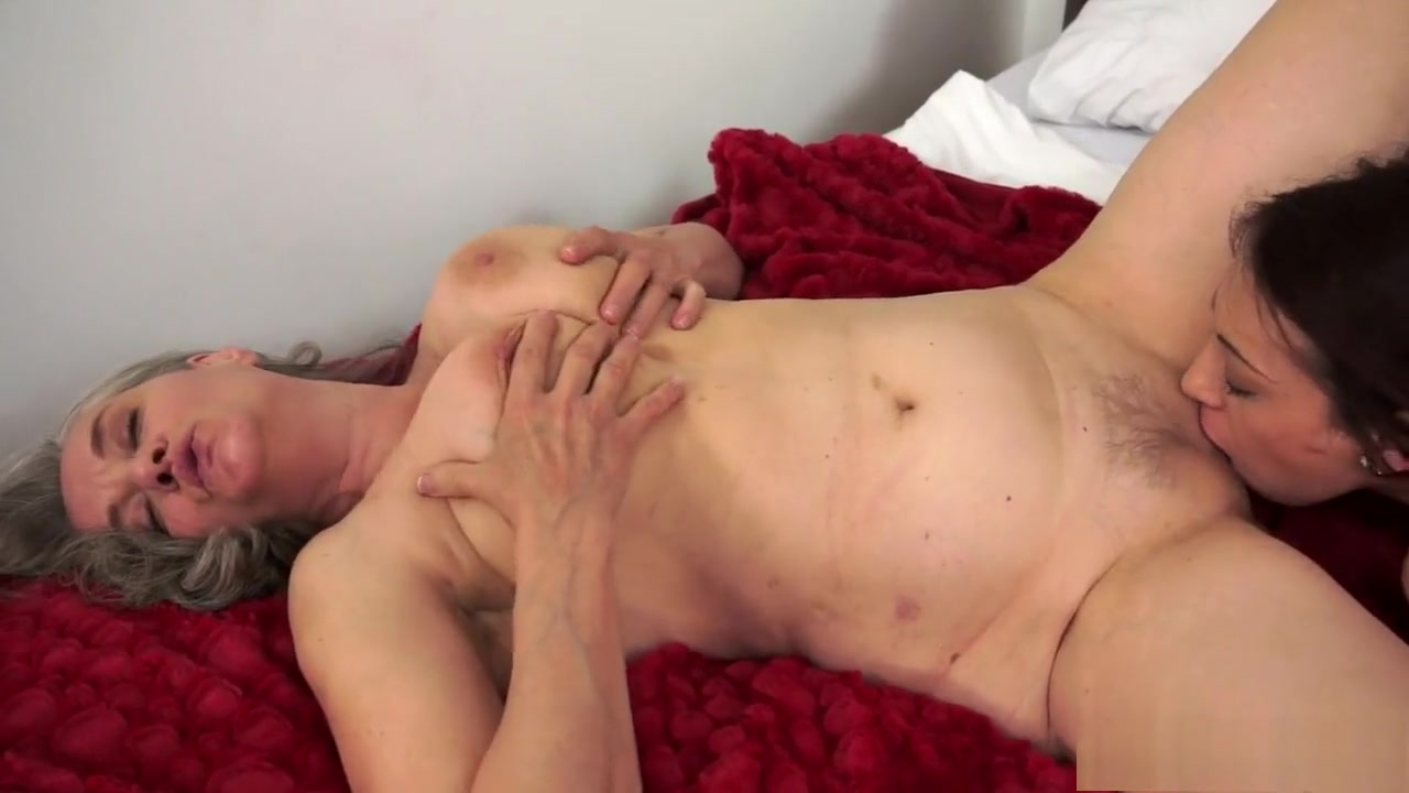 Sexu Pool masturbates lesbos