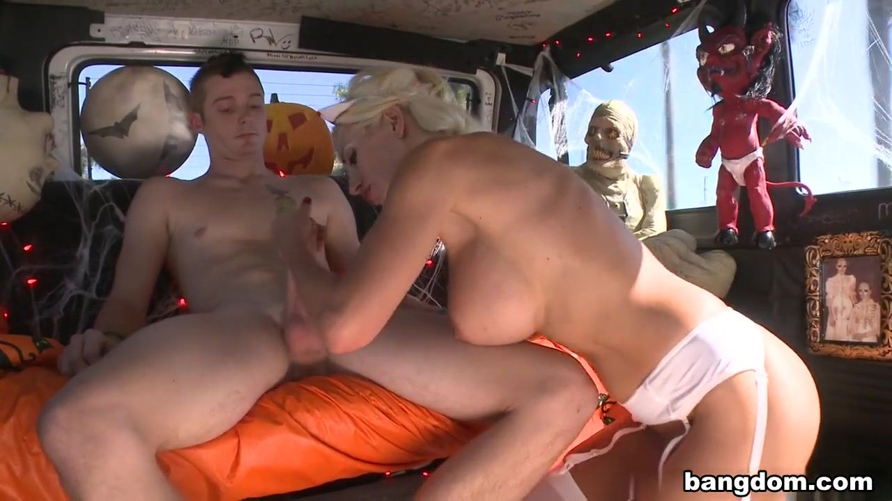Hot Nude Squirting busty milf receives her facial