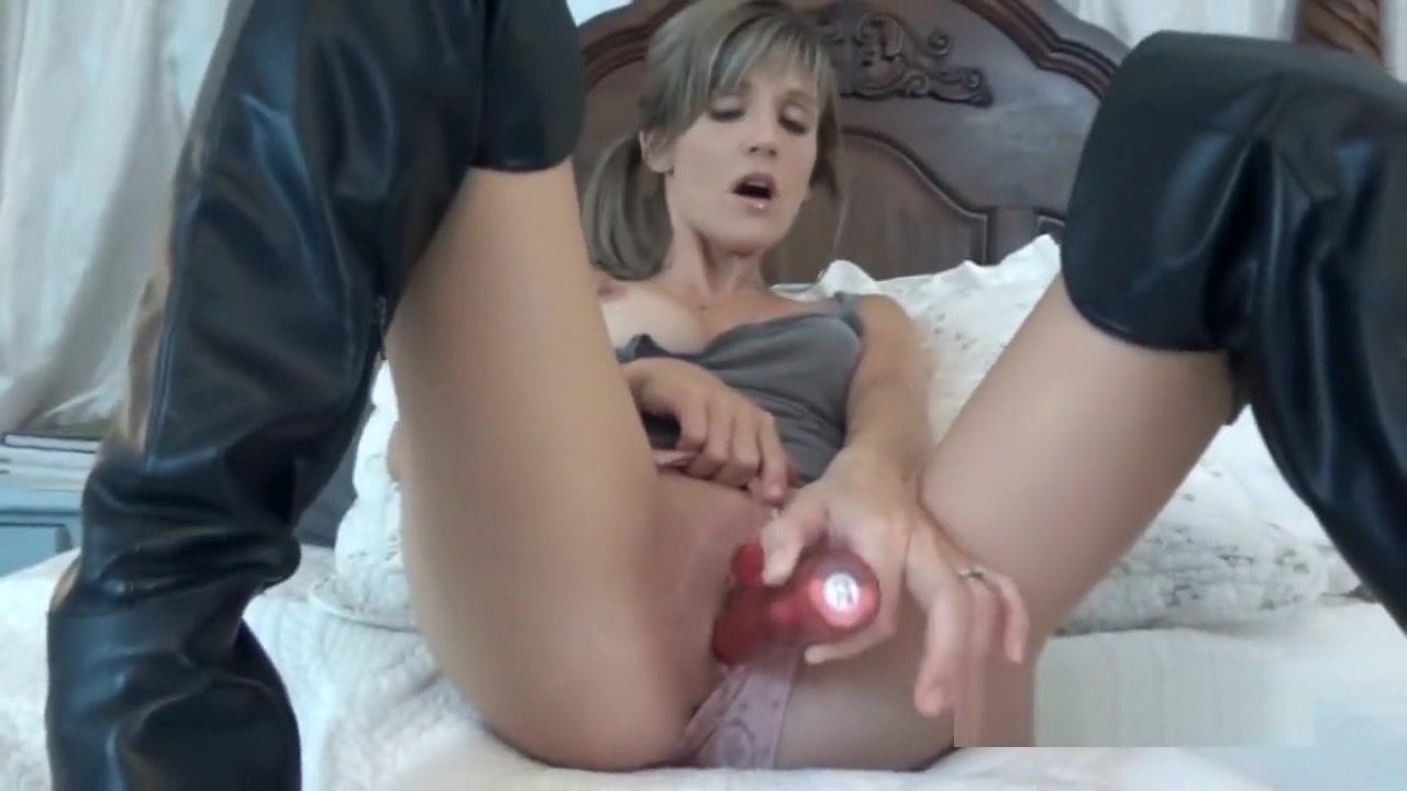Hot Nude Sucking milf pussy