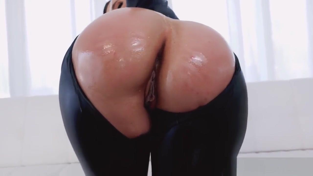 Nude pics Elizabeth berkley pool sex scene