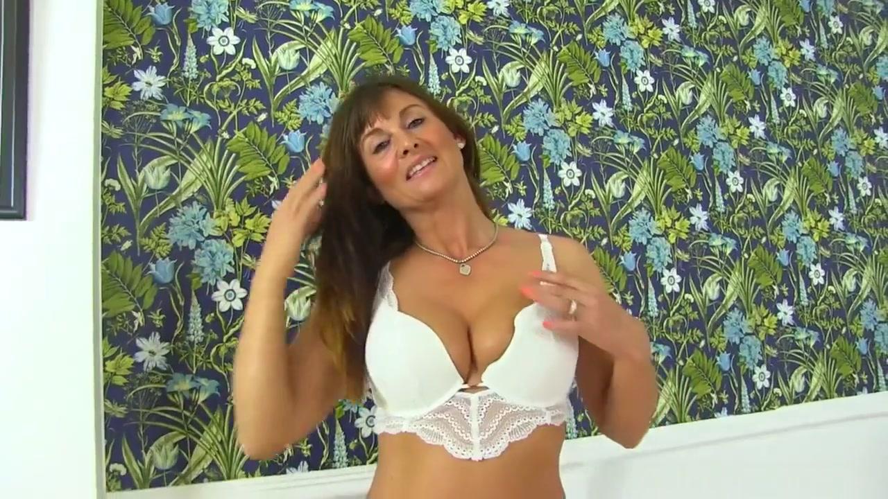 Sexy Video Hot milf seduces yonger man