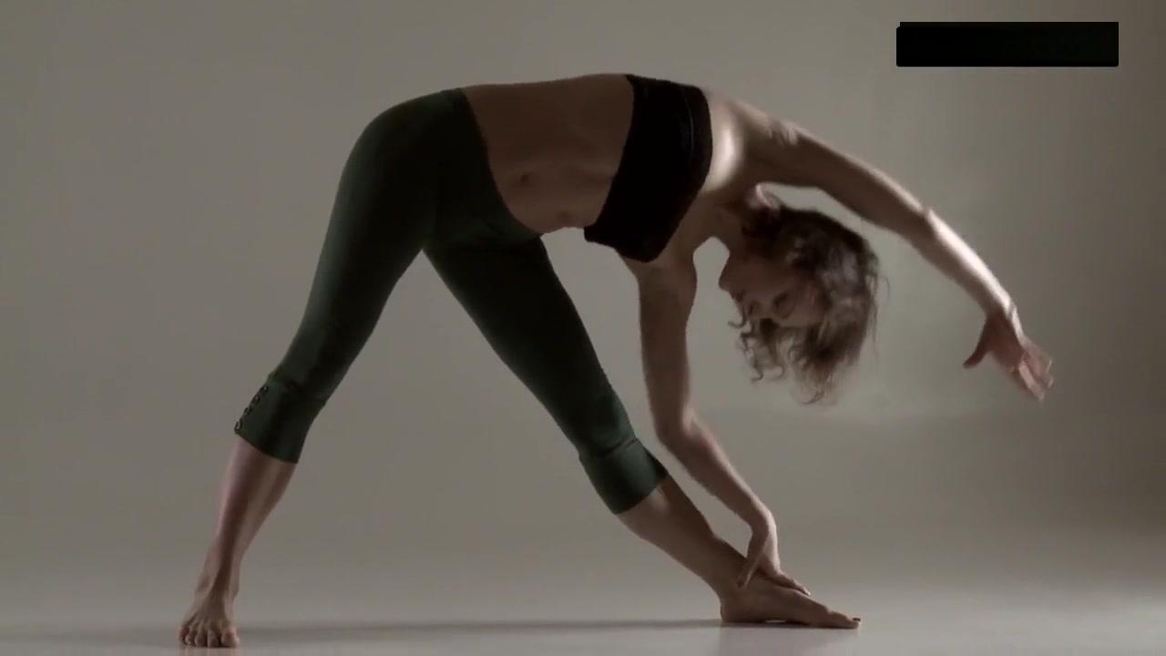 Razdery Noga In Tight Yoga Pants Gif rachel boobs brosnahan
