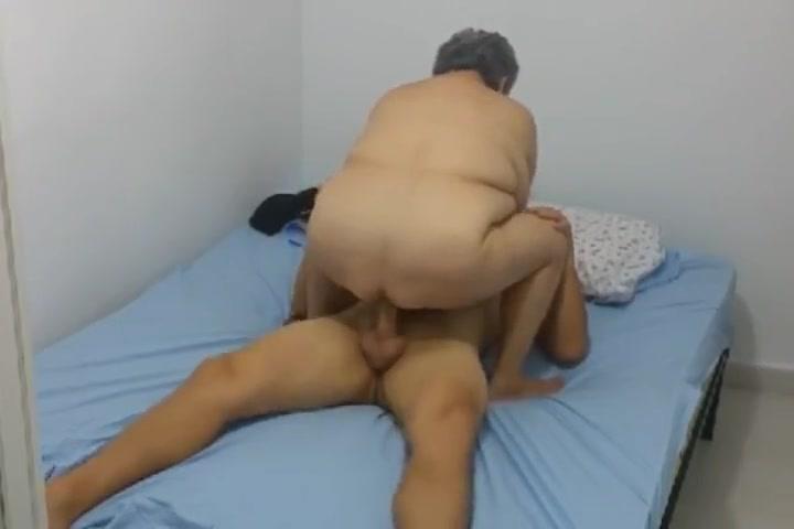 Attraktive Milf versorgt alle Porno photo