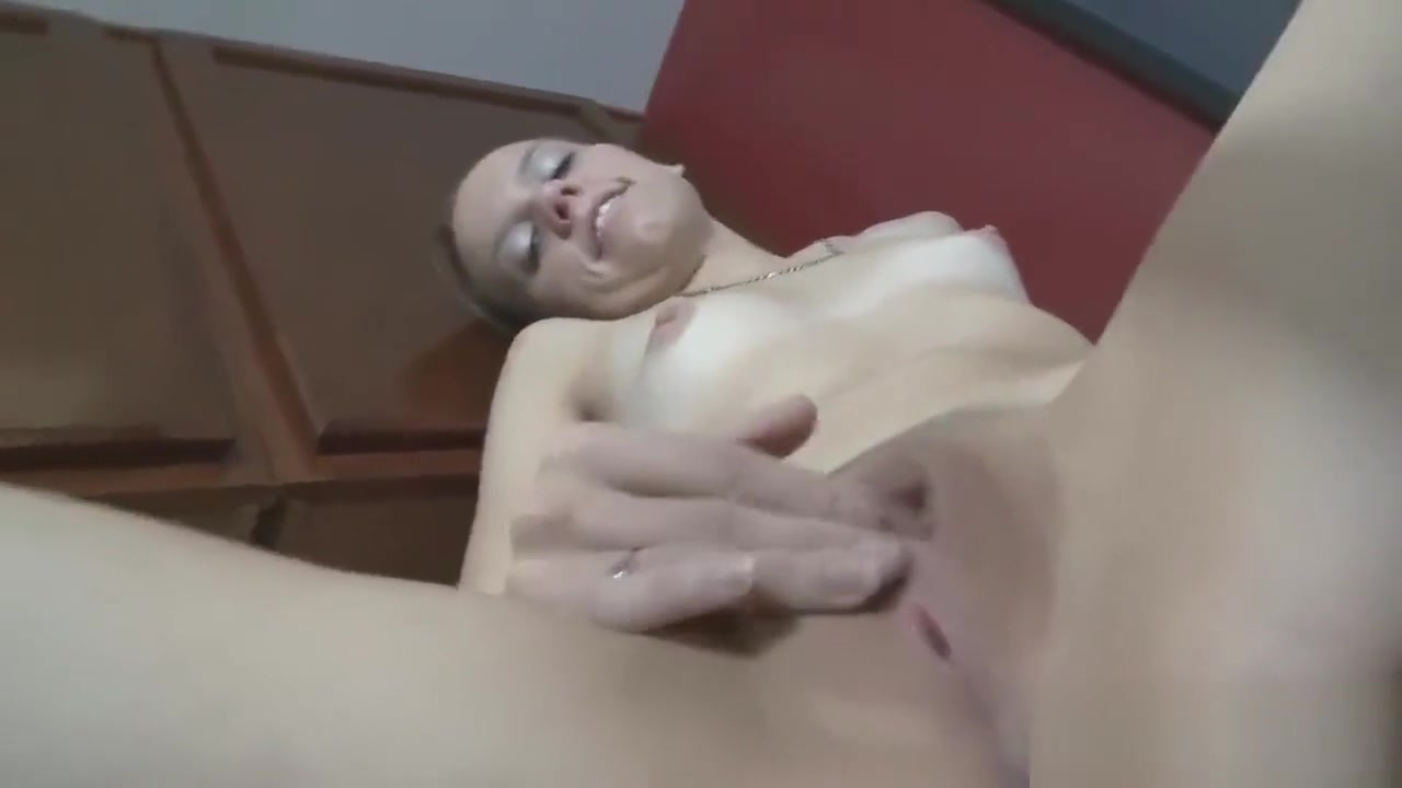 Naughty bimbo uses fingers on her cunt