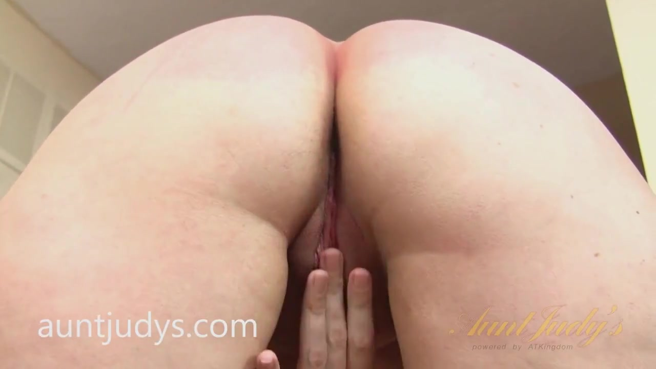 Milf plays with clit and hairy pussy Porn clips