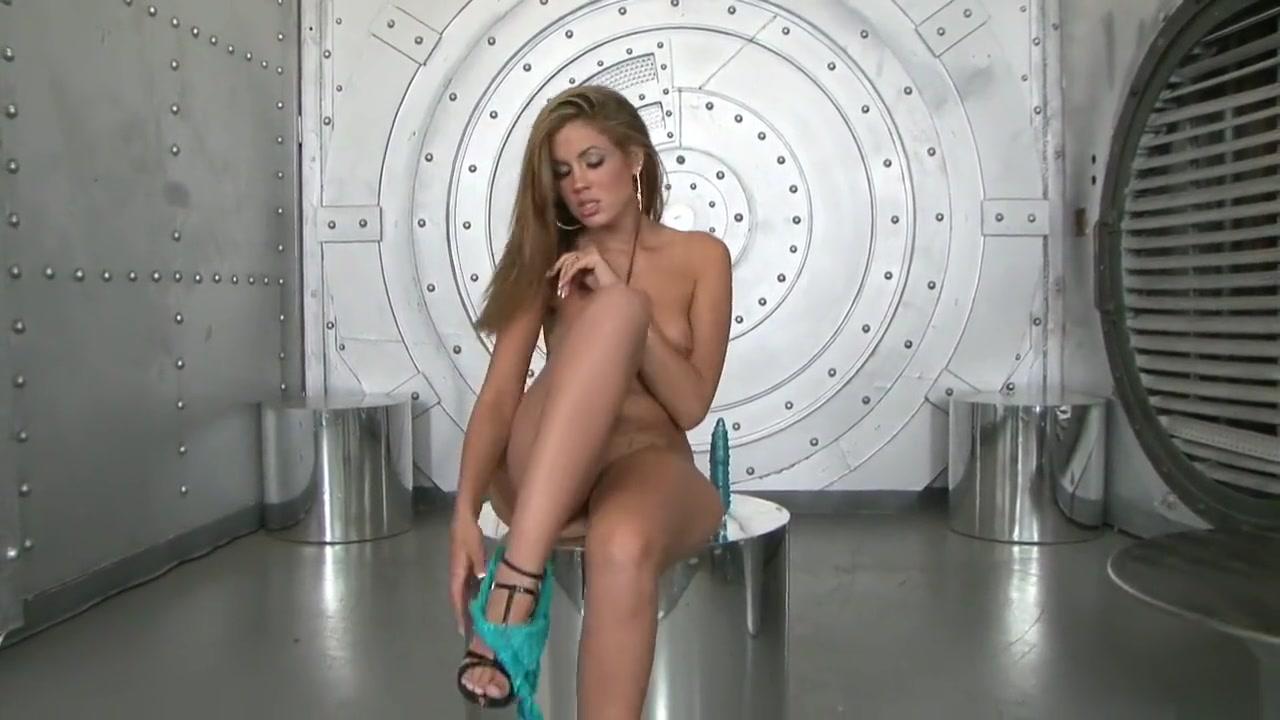 Porno photo Latina milf putting on a show