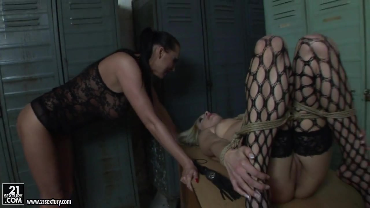 Milf double in hotel gets Blonde penetrated