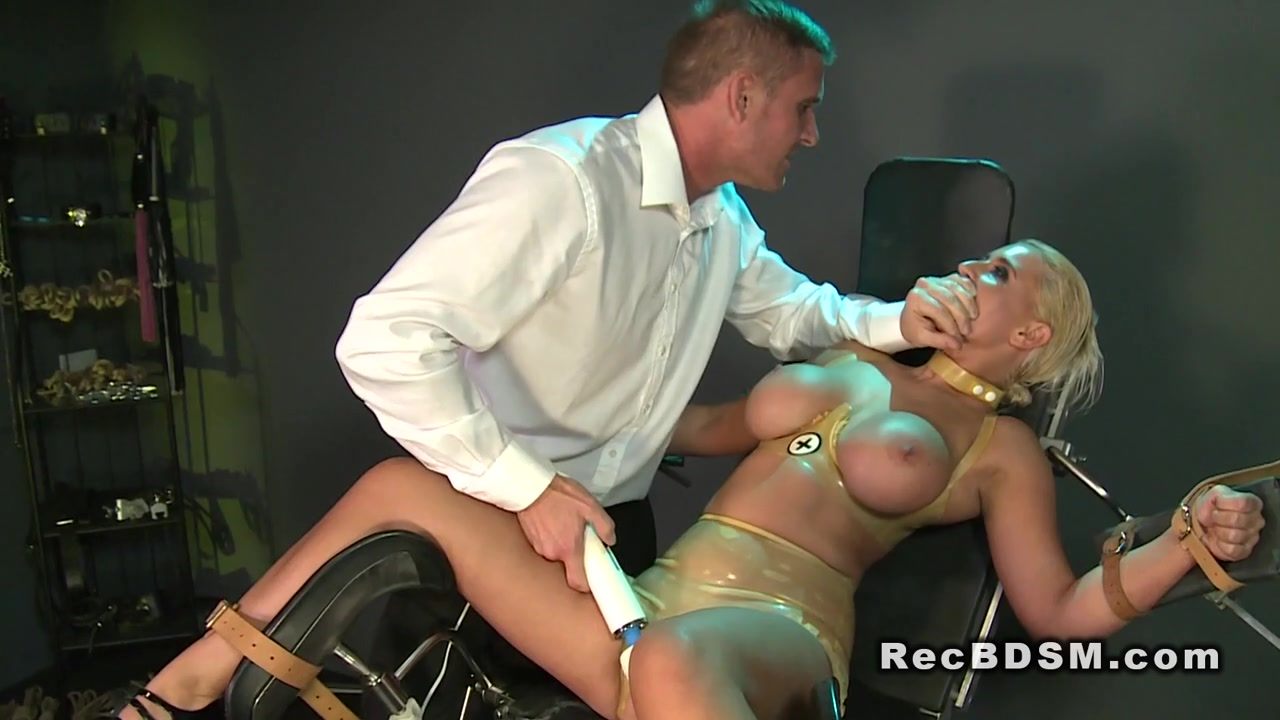 Hot Nude Pussy use Wrestling